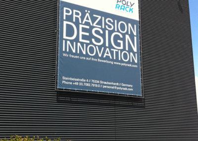 Banner Gestaltung an Firmengebäude der Polyrack Tech-Group