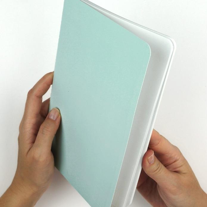 Mintfarbenes Notizbuch für Betreuung von Kundenprojekten