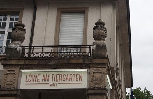 Gestaltung beleuchtetes Firmenschild für Hotel Löwe am Tiergarten
