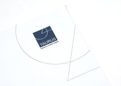 Professionell gestaltetes Briefpapier mit geometrischen Formen