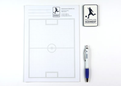 Schreibblock, Stift und Visitenkarte im Fußball Look